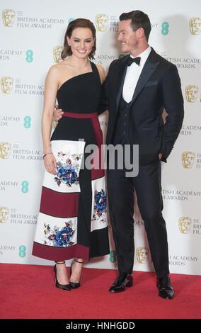 London, UK. 12. Februar 2017. Schauspieler Daisy Ridley und Luke Evans posieren in der Gewinner-Raum des EE British - Stockfoto