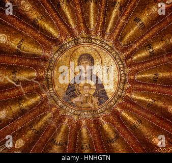 ISTANBUL, Türkei - 23. Dezember 2015: Mosaik der Jungfrau und Mutter mit Kind, Norden Kuppel des inneren Narthex - Stockfoto