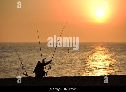 Seaford, Ostsussex. 13. Februar 2017. Fischer nutzen die Abendsonne am Strand von Seaford, Ostsussex. Bildnachweis: - Stockfoto