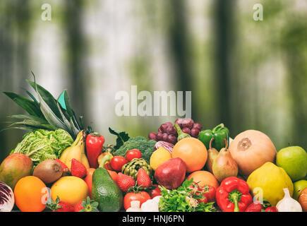 Auswahl an frischem Obst und Gemüse auf Natur Hintergrund - Stockfoto