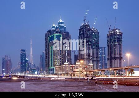 Wolkenkratzer in Dubai downtown nachts beleuchtet. Vereinigte Arabische Emirate, Naher Osten - Stockfoto