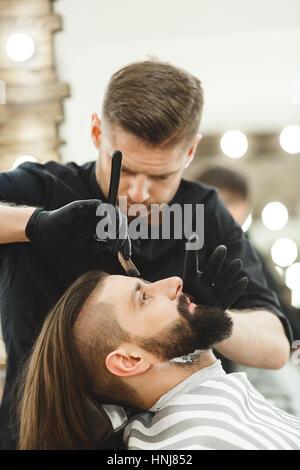 Barber, so dass Bart Form für den Menschen - Stockfoto