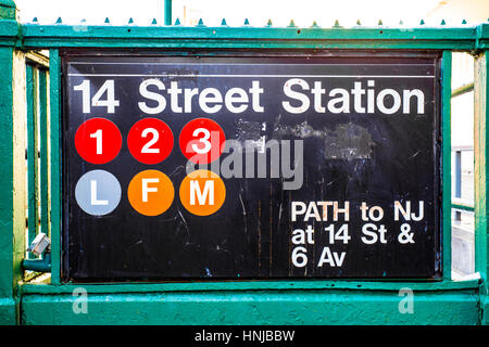 Eingang ToNew York City Subway, Schild mit ikonischen Kreise, Buchstaben und Zahlen - Stockfoto