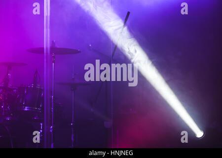 Lichtstrahl malerischen Ort über unscharfe Csenic Hintergrund, Bühnentechnik Beleuchtung - Stockfoto