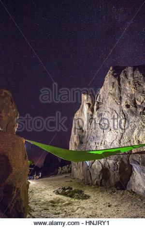 Eine Frau zum Entspannen in der Hängematte unter der Milchstraße. - Stockfoto