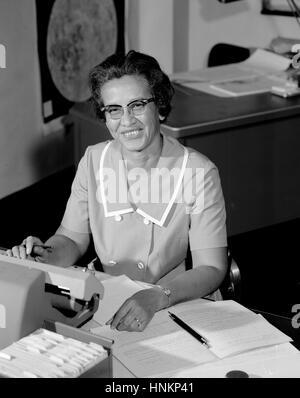 NASA Forschung Mathematiker Katherine Johnson wird an ihrem Schreibtisch im Langley Research Center in 1966 fotografiert. - Stockfoto