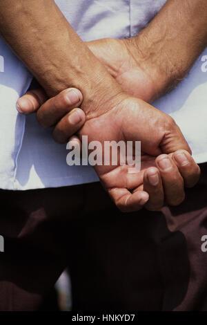 Ein Mann die Hände hinter seinem Rücken. - Stockfoto