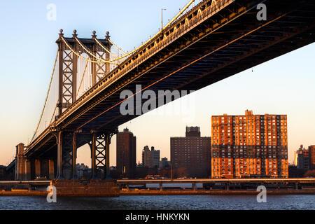 Manhattan Bridge, Brooklyn Blick über in Richtung Manhattan am frühen Abend bei Sonnenuntergang entnommen - Stockfoto