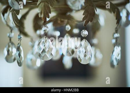 Kronleuchter Detail mit Kristall-Anhänger hautnah - Stockfoto