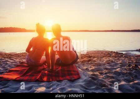 Romantisch zu zweit am Strand von farbenprächtigen Sonnenuntergang - Stockfoto
