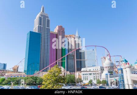 New York-New York Hotel mit Achterbahn, Strip, Las Vegas Boulevard South, Paradies, Las Vegas, Nevada, USA. - Stockfoto