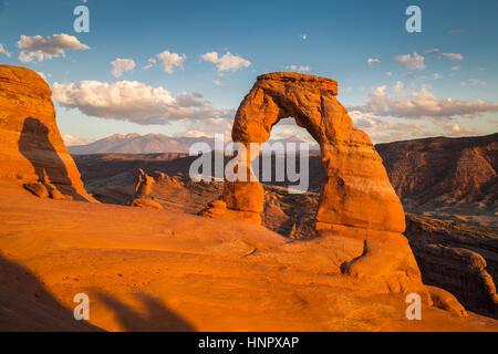 Klassische Postkartenblick auf berühmte Delicate Arch, Symbol der Utah und eine beliebte malerische Touristenattraktion - Stockfoto