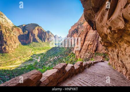 Panorama des berühmten Angels Landing Wanderweg führen mit Blick auf malerische Zion Canyon an einem schönen sonnigen - Stockfoto