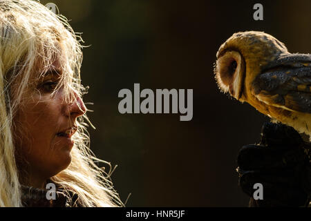 Nahaufnahme Detail der blonden Falknerei Mädchen blicken, Schleiereule stehend in die hand - Stockfoto
