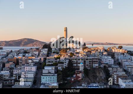 San Francisco, Kalifornien, USA - 13. Januar 2013: Spät am Nachmittag auf Coit Tower und Fernschreiber-Hügel nahe - Stockfoto