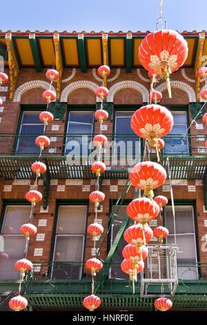 Chinesische Celabratory rote Lanters hängen vom Gebäude. Vertikale. - Stockfoto