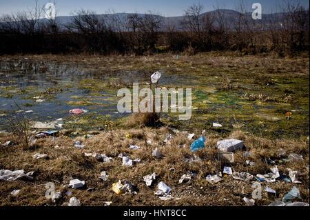 Tabanovce, Mazedonien. 16. Februar 2017. Abfall Müll neben die temporäre Transit Center in Tabanovce, Nord-Mazedonien - Stockfoto
