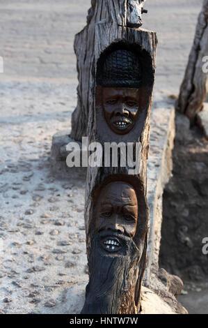 Gesichter geschnitzt in den Handlauf aus Holz an den Victoria Fällen in Simbabwe - Stockfoto