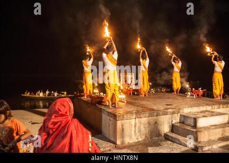 Hindu, Service, Ganga Aarti, spät abends, auf dem berühmten, Baden, Ghats. Die Kultur von Varanasi, ist eng verbunden - Stockfoto