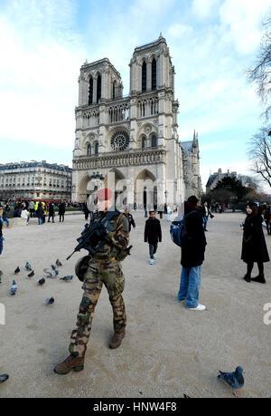 Ein französischer Soldat auf Patrouille vor der Kathedrale Notre Dame auf der Ile De La Cite, Paris, Frankreich. - Stockfoto