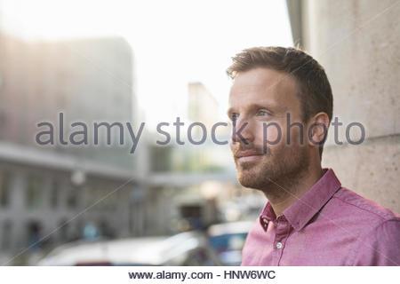 Mitte erwachsenen Mannes blicken Sie von Stadtstraße - Stockfoto