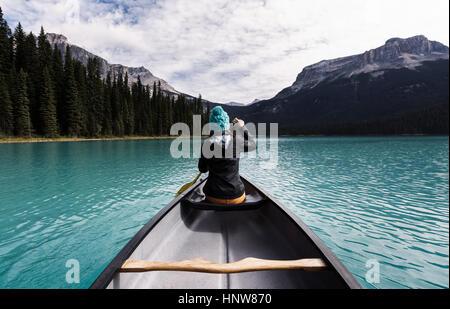 Junge Frau Kanu, hintere Ansicht, Emerald Lake, Yoho-Nationalpark, Kanada - Stockfoto