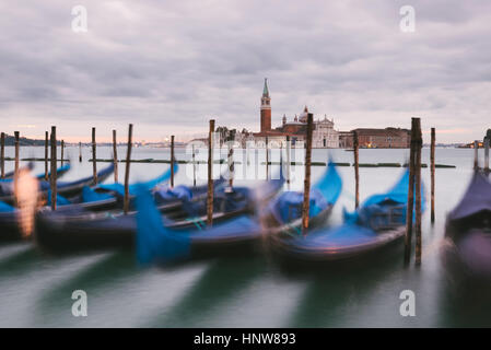 Gondeln im Canal Grande, San Giorgio Maggiore Insel im Hintergrund, Venedig, Italien