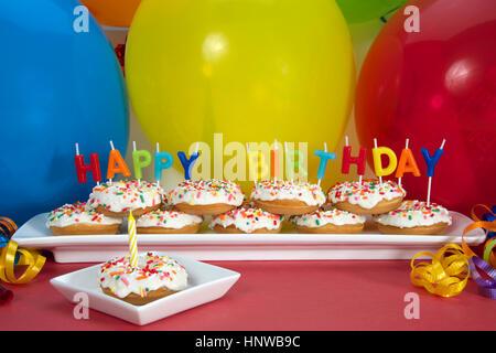 Miniatur donut Kuchen auf lange weiße Platte mit Happy Birthday Kerzen einen Donut auf einzelne quadratische Platte - Stockfoto