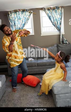 Mädchen im Märchen Kostüm Casting in seinen Bann Vater im Wohnzimmer - Stockfoto