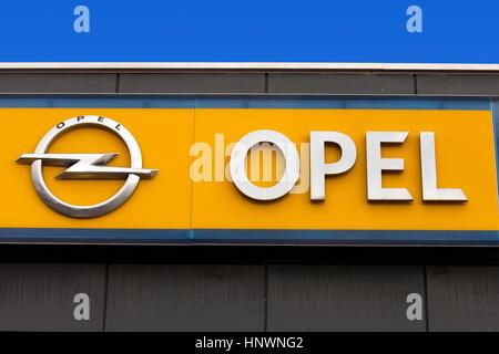 Opel-Zeichen bei einem lokalen Händler. Opel ist ein deutscher Automobilhersteller mit Sitz in Deutschland, Tochter - Stockfoto