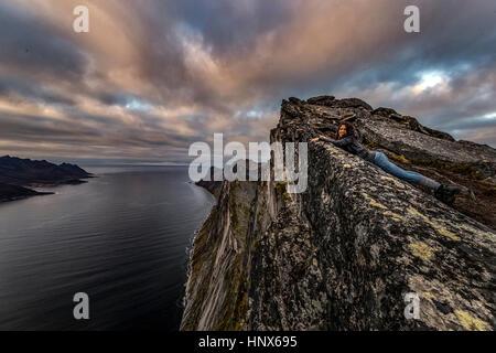Frau schaut auf das Meer aus Segla Peak auf Senja Insel im Herbst, Arktis Norwegen - Stockfoto