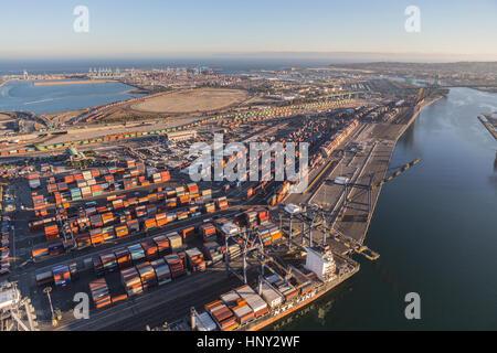 Los Angeles, Kalifornien, USA - 16. August 2016: Am Nachmittag Luftaufnahme von Port of Los Angeles Liegeplätze, - Stockfoto