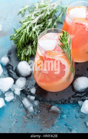 Grapefruit und Thymian gin cocktail, erfrischendes Getränk mit Eis - Stockfoto