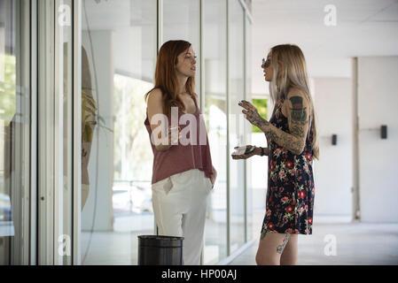 Frauen, die eine Zigarettenpause zusammen - Stockfoto