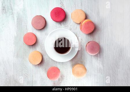 Schwarzer Kaffee mit Macarons, über Kopf gedreht - Stockfoto