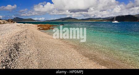 Whitsundays Insel Korallenstrand auf Coral Island an einem sonnigen Sommertag. Unberührte, abgelegenen und isolierten - Stockfoto