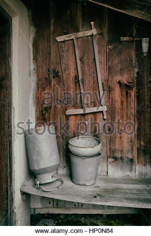 Antikes Holz sah Milch Urn Hütte Holzhütte - Stockfoto