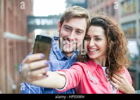 Paar, wobei eine Selfie zusammen im freien - Stockfoto