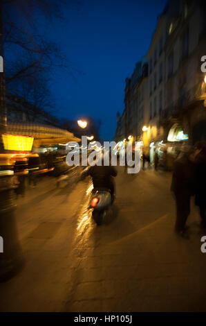 Frankreich, Paris, Person Motorrad auf Straße in der Dämmerung - Stockfoto