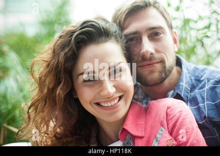 Paar zusammen draußen, Porträt - Stockfoto
