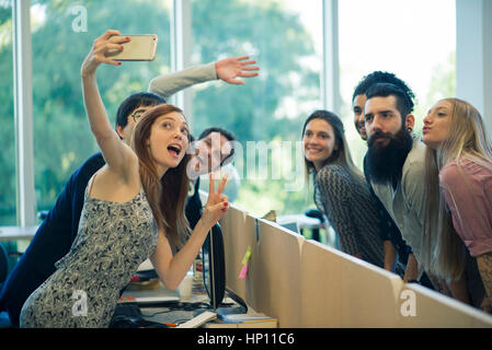 Junge Erwachsene Freunde unter Gruppe selfie - Stockfoto