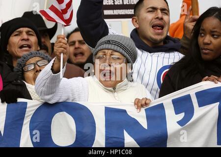 Chicago, USA. 16. Februar 2017. Eine Frau schreit, dass Slogans während einer Protestaktion zu zeigen, wie wichtig - Stockfoto