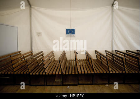 Tabanovce, Mazedonien. 16. Februar 2017. Möbel gestapelt in einem Zelt bei Tabanovce Transit Center in Nord-Mazedonien - Stockfoto
