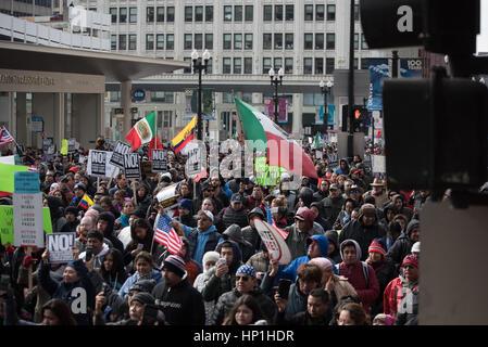 Chicago, USA. 16. Februar 2017. Demonstranten in Chicago marschierten im Rahmen eines landesweiten Protestes genannt - Stockfoto