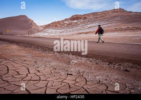 Menschen wandern, spazieren, Valle de la Luna (Tal des Mondes) in der Nähe von San Pedro de Atacama, im Hintergrund - Stockfoto