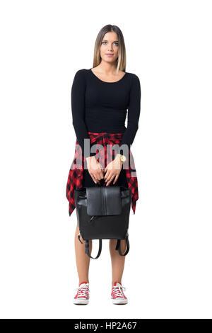 Wunderschöne junge Frau mit schwarzen Tasche mit beiden Händen nach oben. Ganzkörper-Länge über weiße Studio-Hintergrund - Stockfoto