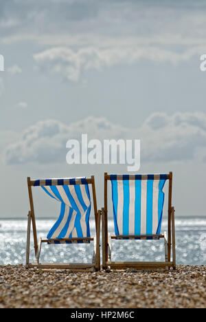 Zwei leere Liegestühle am Strand - Stockfoto