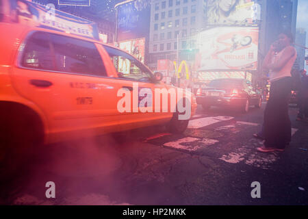 Taxi, Taxi und Frau, in 46 th St am Broadway, New York City, USA - Stockfoto