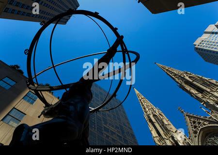 St Patrick´s Cathedral und Statue des Gottes Atlas, New York City, USA - Stockfoto
