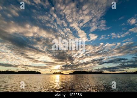 Sonnenaufgang mit dramatische Wolken am See Rosseau in Muskoka Region - Stockfoto